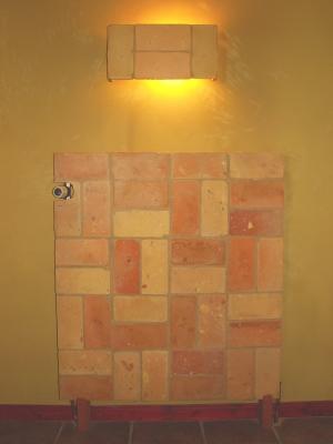lampe-aus-ziegelfliesen-und-heizungsverleidung-aus-ziegelfliesen-mittleres-format.jpg