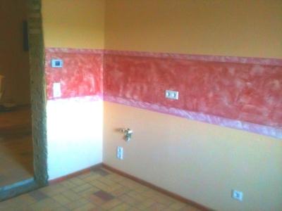lehmwand-mit-roter-kalkborduere-mittleres-format.jpg