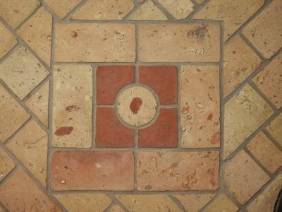 quadratisches-ornament-im-ziegelfussboden-mittleres-format.jpg