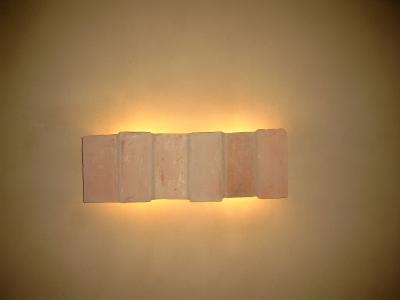 ziegelfliesenwandlampe-an-lehmputzwand-mittleres-format.jpg